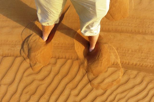 cu picioarele goale prin desert