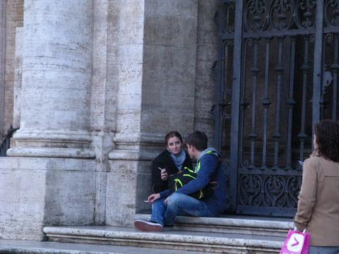 O tigare scurta pe treptele bisericii